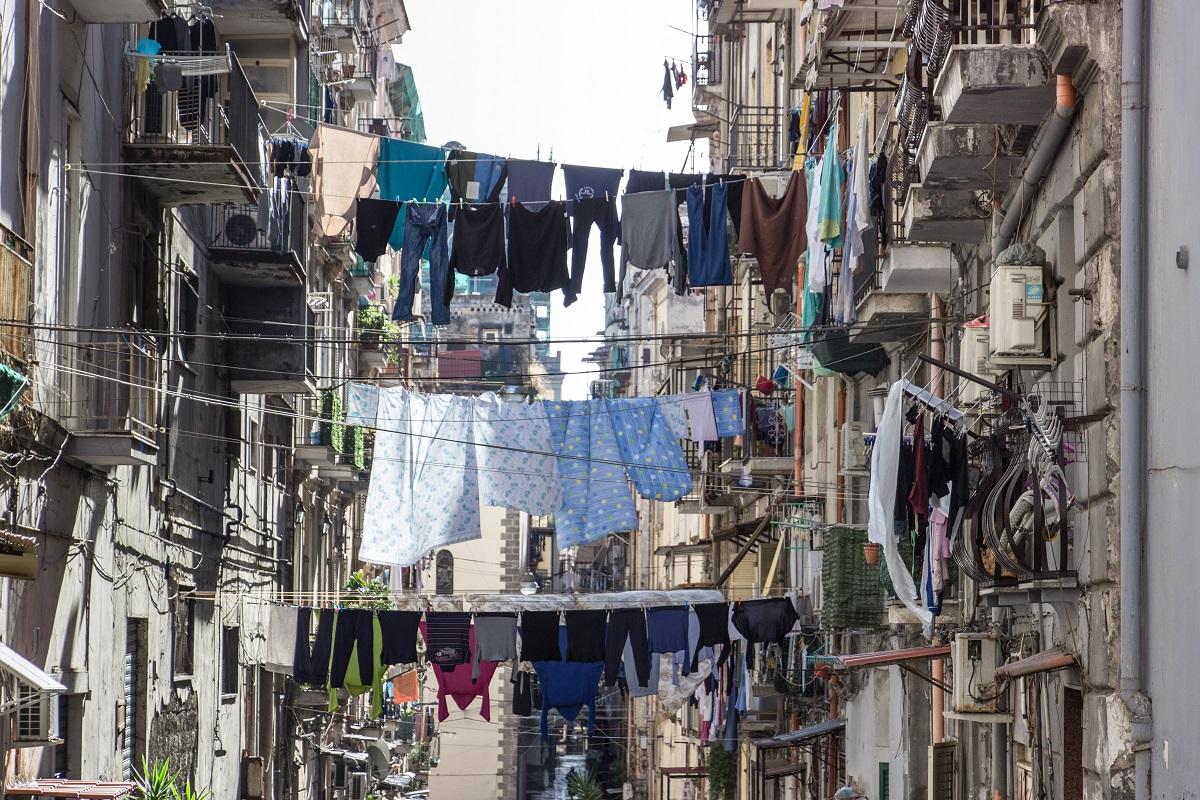 Le Linge Dans Les Rues Du Centre Ville Historique De Naples