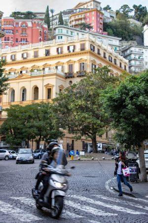 Un scooter dans les rues de Naples