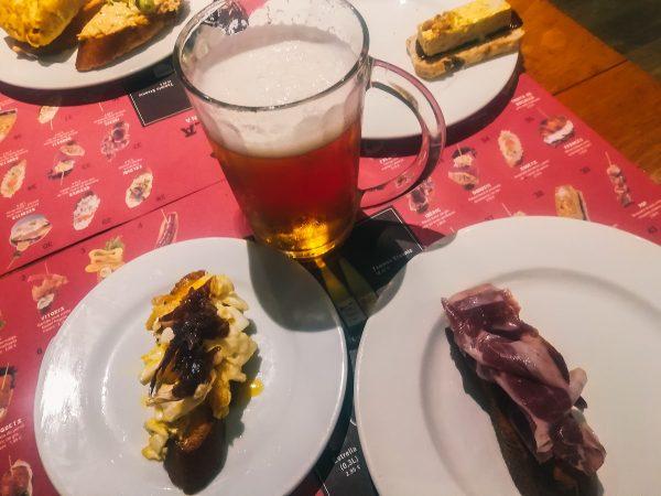 Dans un restaurant de tapas à Barcelone