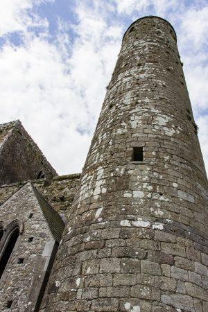 La tour ronde du Rock of Cashel, et la chapelle attenante