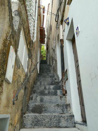 Une ruelle pentue dans Positano