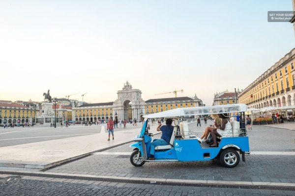 Tuk tuk sur la place du Commerce de Lisbonne