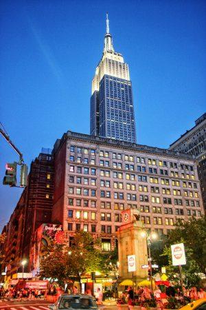 L'Empire State Building éclairé de nuit