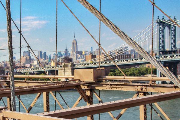 Vue sur l'Empire State Building depuis le pont de Brooklyn