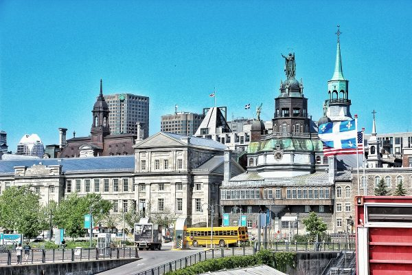 Vue sur le Vieux-Montréal depuis le Vieux Port