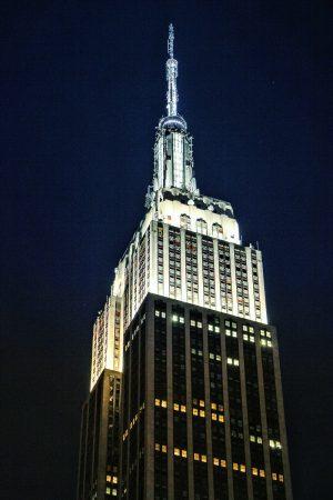 Le sommet de l'Empire State Building éclairé