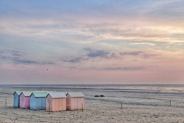 La plage de Berck et ses cabanes aux couleurs du coucher du soleil
