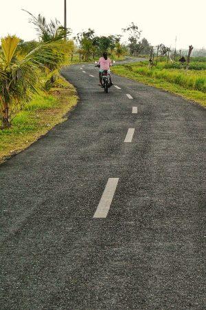 Scooter sur une route à Bali, avec la conduite à gauche