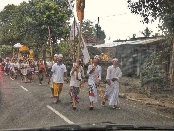 Une procession sur la route à Bali
