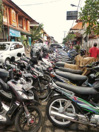 Des scooters garés à Bali