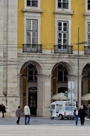 Un tuk-tuk sur la place du Commerce à Lisbonne