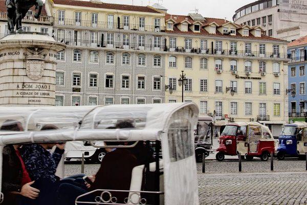 Les tuk-tuk sur la place Figueira de Lisbonne