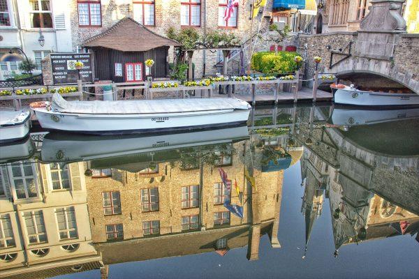 Un bateau sur un canal à Bruges