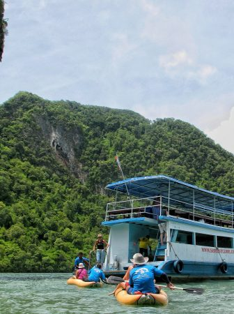 Les canoës et le bateau principal pour l'excursion sur la James Bond Island