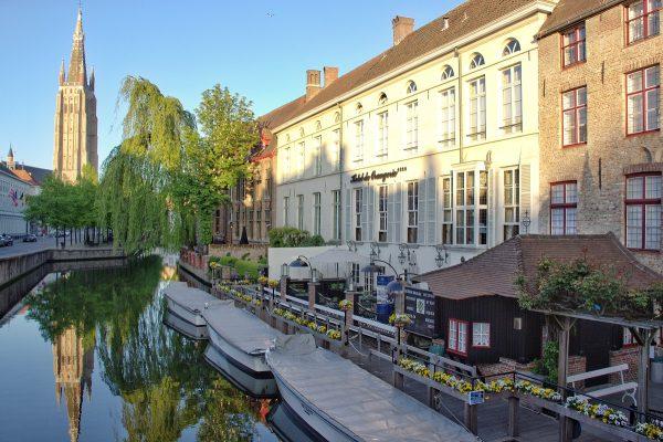 Les canaux de Bruges et leurs réflexions sur l'eau