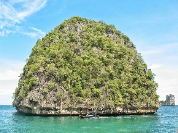 Le rocher de l'autre côté de Maya Bay