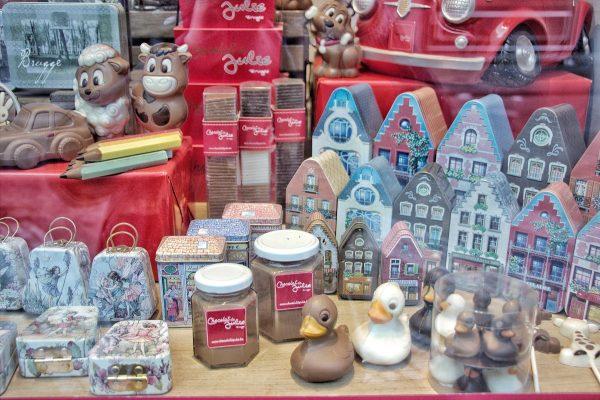 La vitrine d'une chocolaterie à Bruges