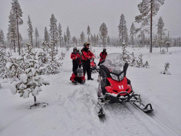 Motoneiges sur une piste en Laponie