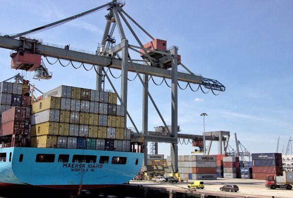 Dans le port de marchandises de Rotterdam