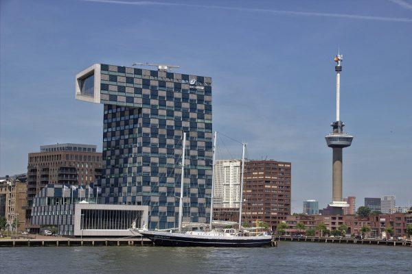 La tour Euromast de Rotterdam vue depuis la croisière Spido