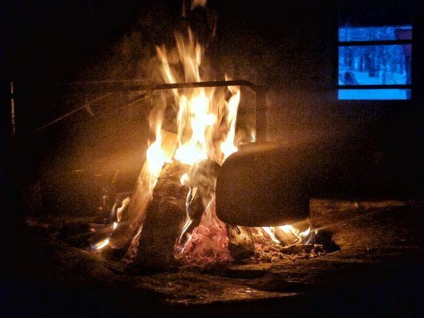 Feu de bois en Laponie à l'intérieur d'une kota