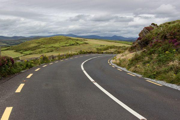Une route principale dans l'ouest de l'Irlande