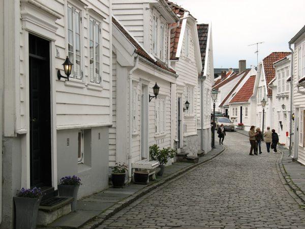 Dans les rues de Stavanger avec ses maisons blanches