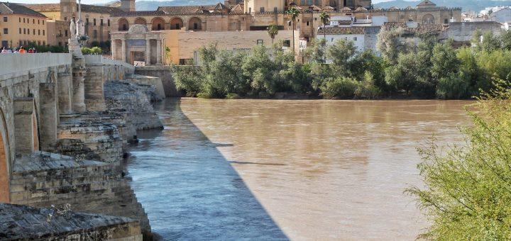 Vue sur Cordoue depuis les bords du pont Romain
