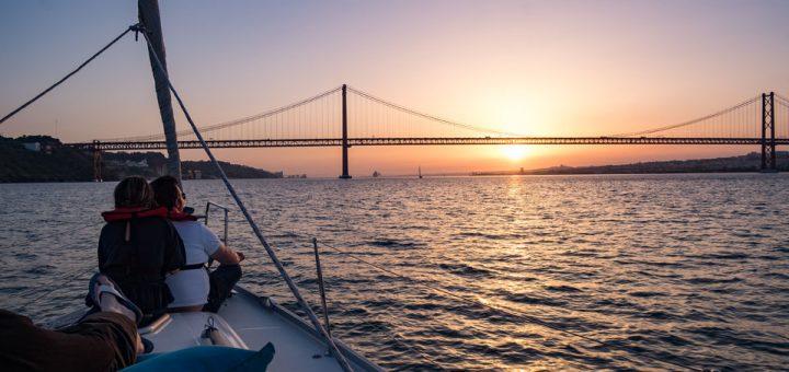 Coucher de soleil sur Lisbonne depuis un catamaran