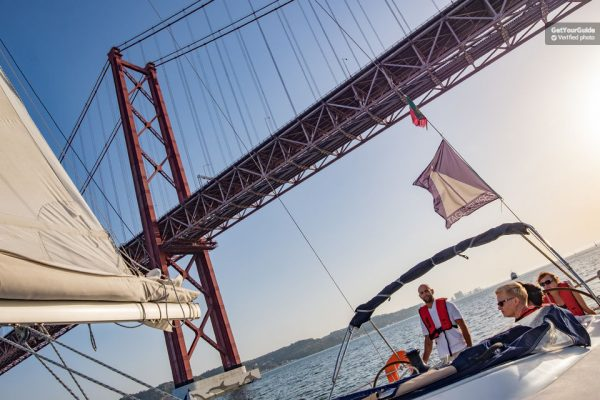 La croisière en catamaran à Lisbonne sous le pont du 25 Avril