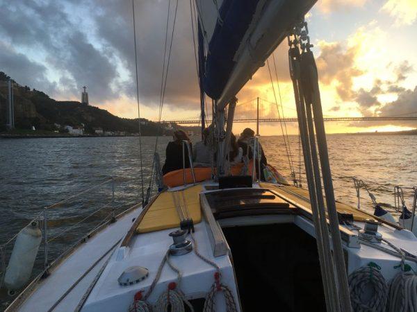Croisière sur le Tage à Lisbonne en voilier au coucher du soleil