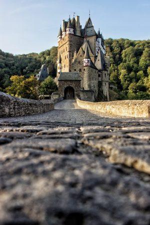 Le lever du soleil sur le château de Eltz