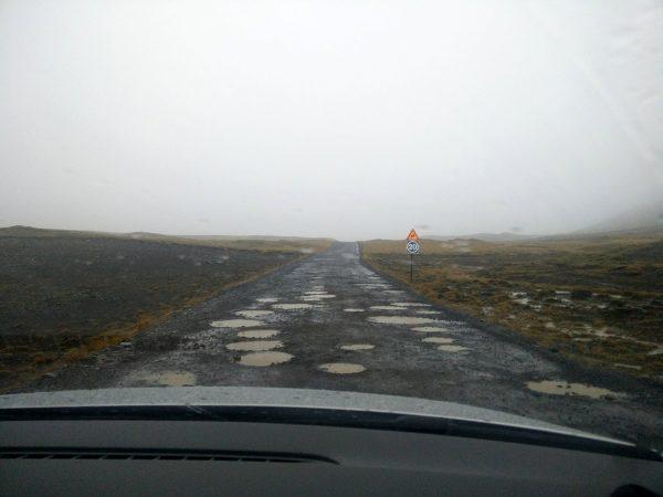 Des trous sur un chemin d'accès en Islande