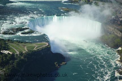 Le chute de Niagara en forme de fer à cheval, vue depuis l'hélicoptère