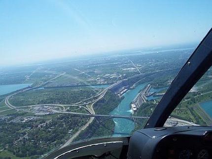 L'intérieur d'un hélicoptère qui survole Niagara