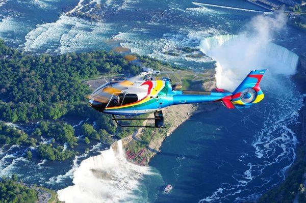 Hélicoptère au-dessus des chutes du Niagara
