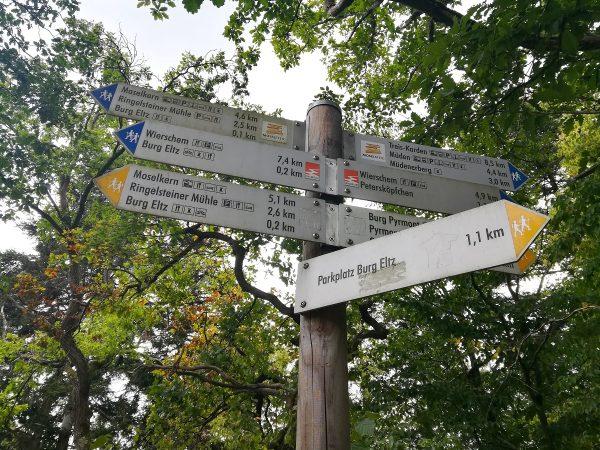 Panneaux des randonnées au château de Eltz