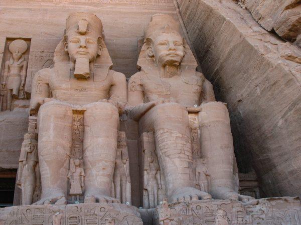 Statues de l'un des temples d'Abou Simbel en Egypte