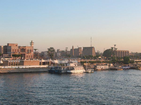 Le temple de Louxor vu depuis le bateau de croisière sur le Nil