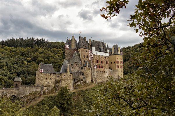 Vue sur le château de Eltz depuis le chemin