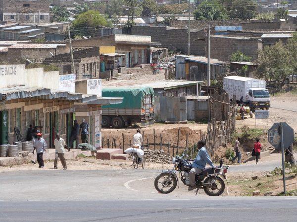 Route principale d'un village au Kenya