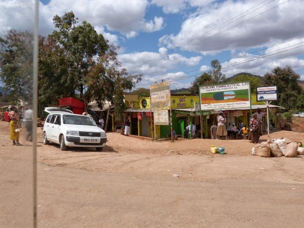 Petits commerces aux abords d'un village au Kenya