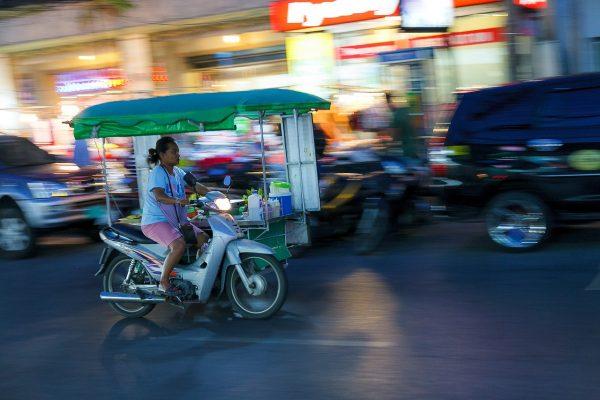 Dans les rues de Phuket en soirée