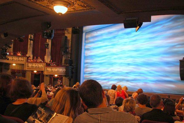 Dans une salle de spectacle à Broadway