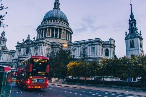 Avenue principale devant la cathédrale Saint-Paul de Londres