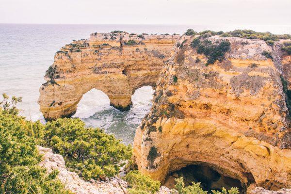 La Double Arche près de la plage de Marinha