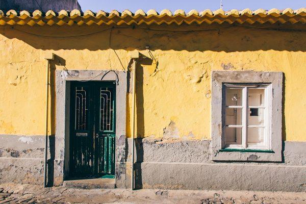 Façade colorée dans une ruelle de Faro