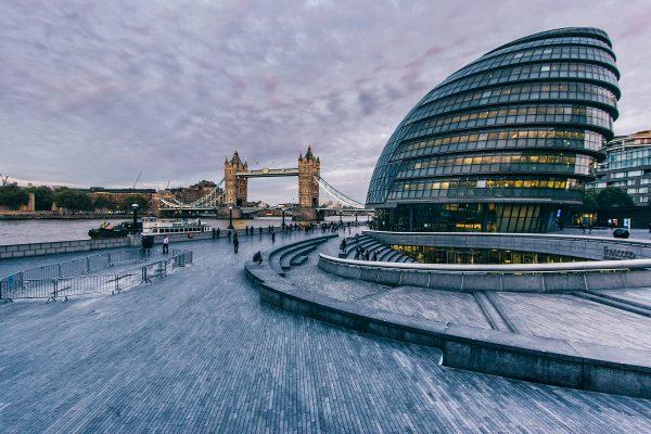 L'hôtel de ville de Londres et le Tower Bridge