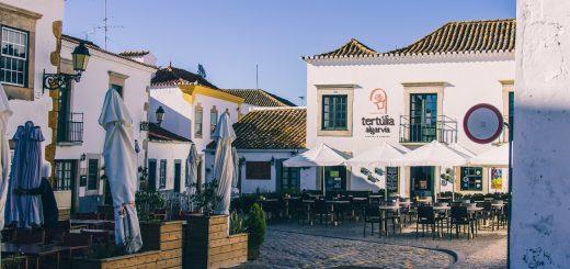 Petite place dans la vieille ville de Faro