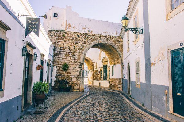 Une porte dans la vieille ville de Faro